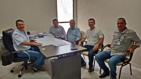 Prefeito Nildo Alves com equipe da Sanesul conversam sobre obras